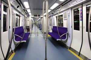 2号线新车:内饰为浅蓝色地板和深蓝色座椅。地铁公司供图