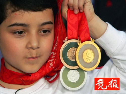 阿尔法展示奥运奖牌