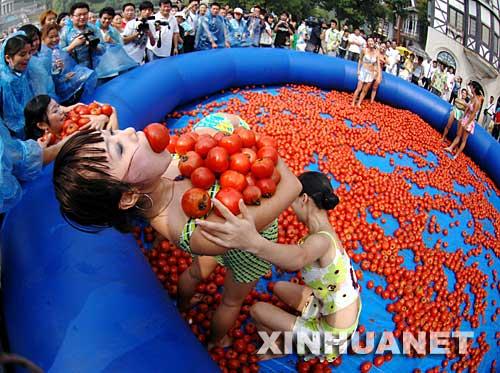9月28日,几位姑娘正在参加抱西红柿比赛。