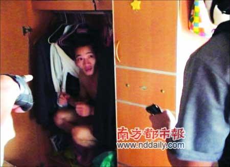 盗车团伙头目刘某为逃过民警的搜捕,吓得躲进二楼睡房的衣柜里,最终还是被擒。通讯员区钧强摄