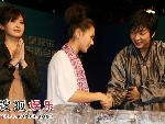 李俊基与师姐握手