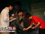 李俊基与影迷握手
