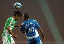 图文:[中超]长沙0-2国安 桑德罗比赛中奋力拼抢