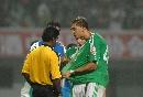 图文:[中超]长沙0-2国安 堤亚哥与裁判进行交涉