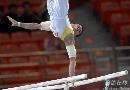 图文:第六届城运会体操男团 双杠比赛中