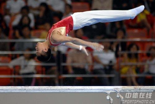 """图文:第六届城运会体操男团 空中""""飞行"""""""