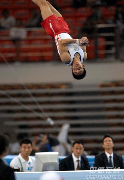 图文:第六届城运会体操男团 空中旋转