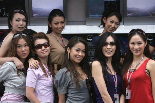 图文:[F1]日本大奖赛美女 集体展示身材