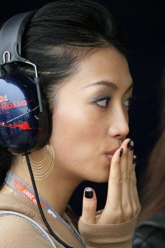 图文:[F1]日本大奖赛美女 飞吻献给谁?
