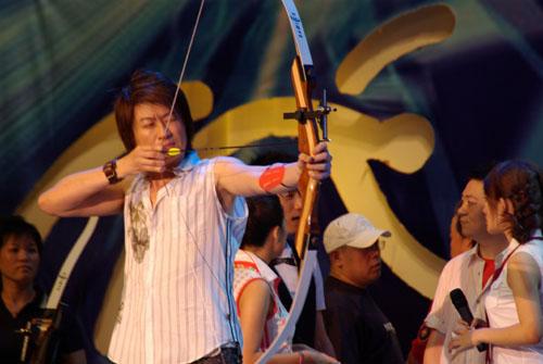 图:奥运群英会 情歌王子游鸿鸣射箭