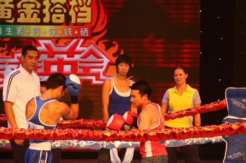 图:奥运群英会 奥运冠军唐灵生拳击台上显英姿