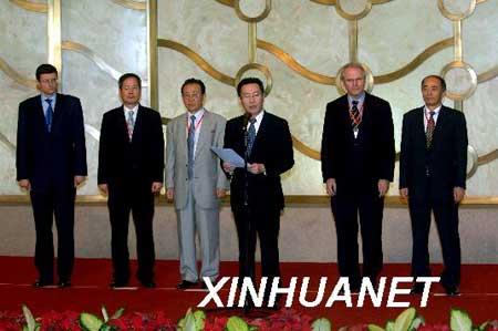 7月20日,朝核问题第六轮六方会谈团长会在北京闭幕。中国代表团团长武大伟宣读《第六轮六方会谈团长会新闻公报》。新华社记者李晓果摄