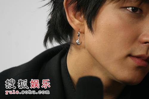李俊基搜狐独家专访之细节篇— 细节之三-耳环
