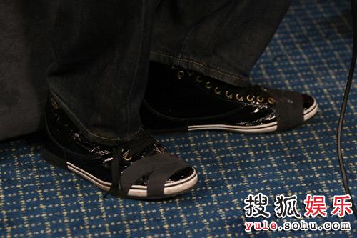 李俊基搜狐独家专访之细节篇— 细节之四-鞋子