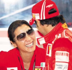 除了跟男友聊天外,杨紫琼还不时地与车队车手马萨说笑