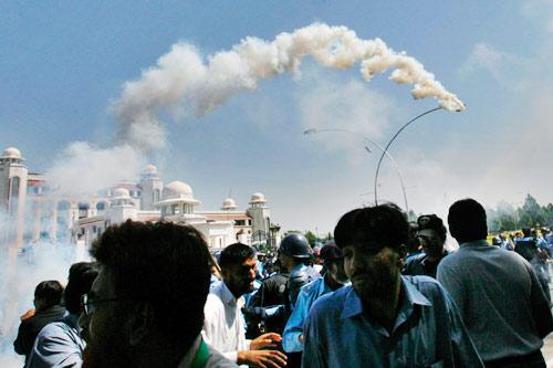 9月29日,在伊斯兰堡最高法院外,警方向示威的人群施放催泪瓦斯。