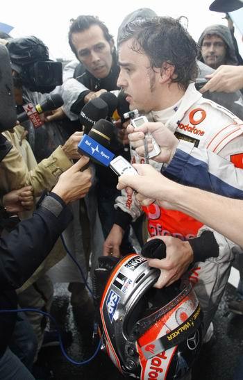 退赛后阿隆索被媒体围堵