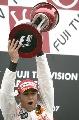 图文:[F1]日本大奖赛正赛 举起冠军的奖杯