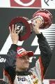 图文:[F1]日本大奖赛正赛 科瓦莱宁第一座奖杯