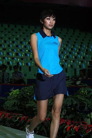 图文:女乒世界杯裙装展示 模特展示蓝色球裙