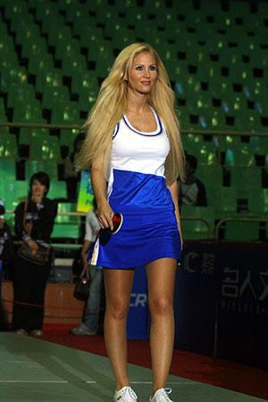 图文:女乒世界杯裙装展示 国外模特展示