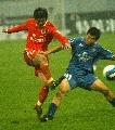 图文:山东鲁能4-0胜厦门蓝狮 崔鹏与对手拼抢