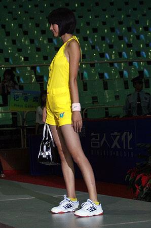 图文:女乒世界杯裙装展示 黄色球裙的侧面风采