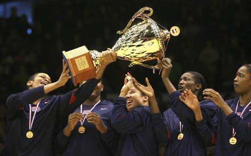 图文:美洲女篮锦标赛美国夺冠 传递冠军奖杯