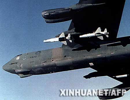 这是美国一架携带着精确制导空对地导弹的B-52战略轰炸机的资料照片(2001年12月7日摄)。美国国防部9月5日证实,上周美国空军一架B-52战略轰炸机在机组人员毫不知情的情况下,携带着6枚装有核弹头的导弹飞越大半个美国。事后军方在空军内部进行调查,并撤销了一名指挥官的职务。新华社/法新