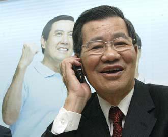 """国民党副参选人萧万长昨天举行""""美加微笑之旅""""行前记者会,会后马英九特别打电话向其致意。台湾《联合报》记者潘俊宏摄"""