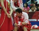 图文:中国男篮vs中央陆军 众将士听战术