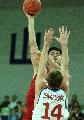 图文:男篮负中央陆军 姚明在比赛中进攻
