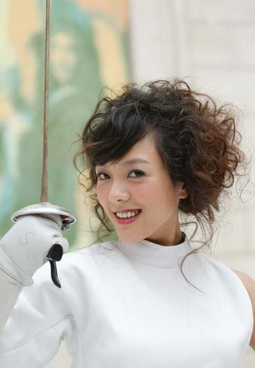 图文:美女杨乐乐变身击剑手 击剑美女