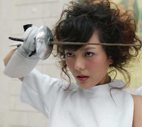 图文:美女杨乐乐变身击剑手 耍剑摆酷
