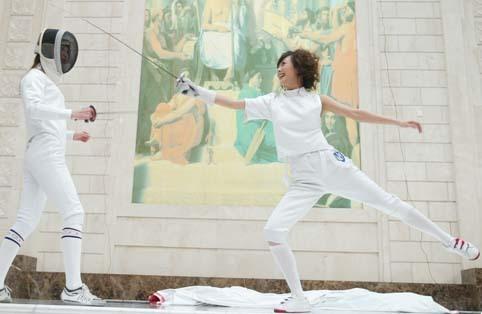 图文:美女杨乐乐变身击剑手 与教练对抗