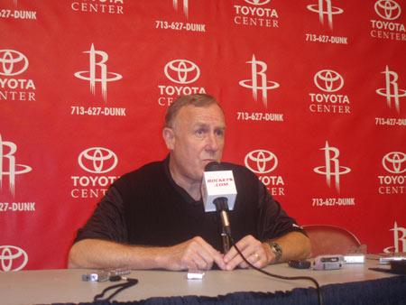 图文:[NBA]火箭媒体日了亮相 阿德尔曼发言