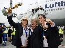 图文:[世界杯]德国女足凯旋 将帅机场合影