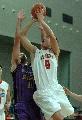 图文:男篮战平悉尼国王 朱芳雨在比赛中上篮