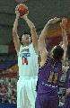 图文:男篮战平悉尼国王 王治郅在比赛中投篮