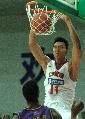 图文:男篮战平悉尼国王 易建联在比赛中扣篮