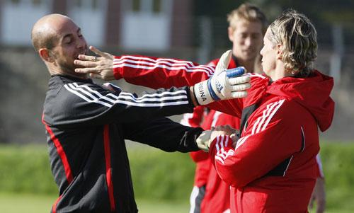 组图:利物浦备战冠军杯 雷纳和托雷斯戏耍