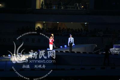 中国特奥运动员手持火炬跑向火炬台(新民网现场图片