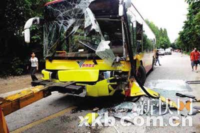 两公交对撞伤27人受伤
