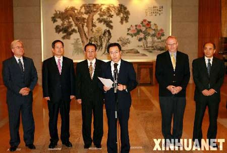 9月30日,六方会谈中国代表团团长武大伟(右三)在媒体见面会上发言。当日, 第六轮六方会谈第二阶段会议在北京宣布休会两天。新华社记者 李明放摄