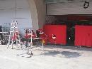 图文:[F1]各车队抵达上赛场 法拉利赛车部件