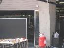 图文:[F1]各车队抵达上赛场 迈凯轮黑色屏风