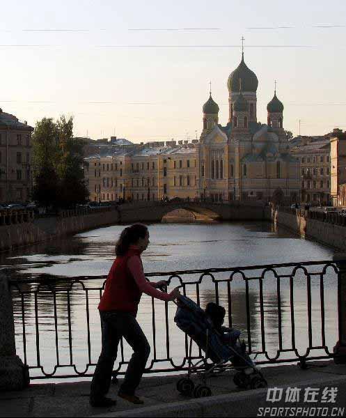 图文:圣彼得堡掠影 街上行人