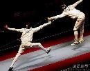 图文:[击剑]世锦赛男重半决赛 跳起刺击
