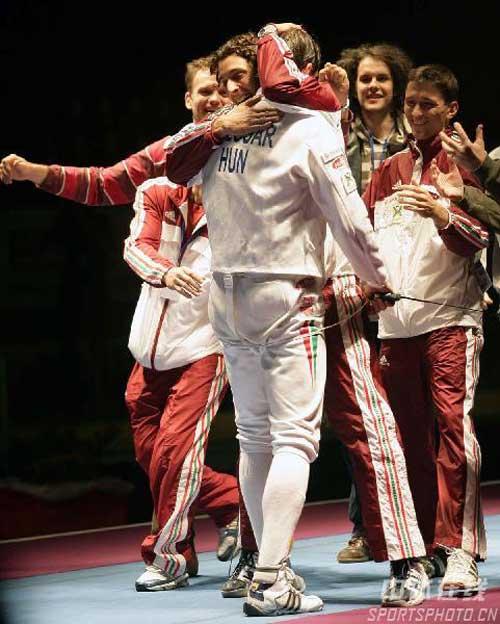 图文:[击剑]世锦赛男子重剑决赛 热情拥抱冠军
