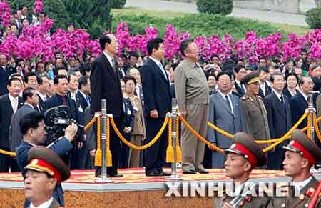 """10月2日,朝鲜最高领导人金正日(中右)与朝鲜最高人民会议常任委员会委员长金永南(中左)在首都平壤""""四·二五""""文化会馆前举行仪式,欢迎韩国总统卢武铉(中)。当日,金正日在平壤""""四·二五""""文化会馆前亲自迎接前来参加朝韩首脑会晤的韩国总统卢武铉。这是金正日与卢武铉两位朝韩领导人的首次会面。新华社记者夏宇摄"""